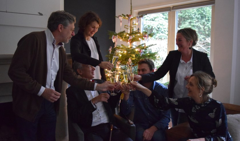 Toast op de ALS Lenteloop 2018. Staand v.l.n.r. Jos Smit, Madelon Postmus en Mirande Waterlaat. Zittend: Vincent Cornelissen, Wout Kranenburg en Mariëlle Cornelissen.