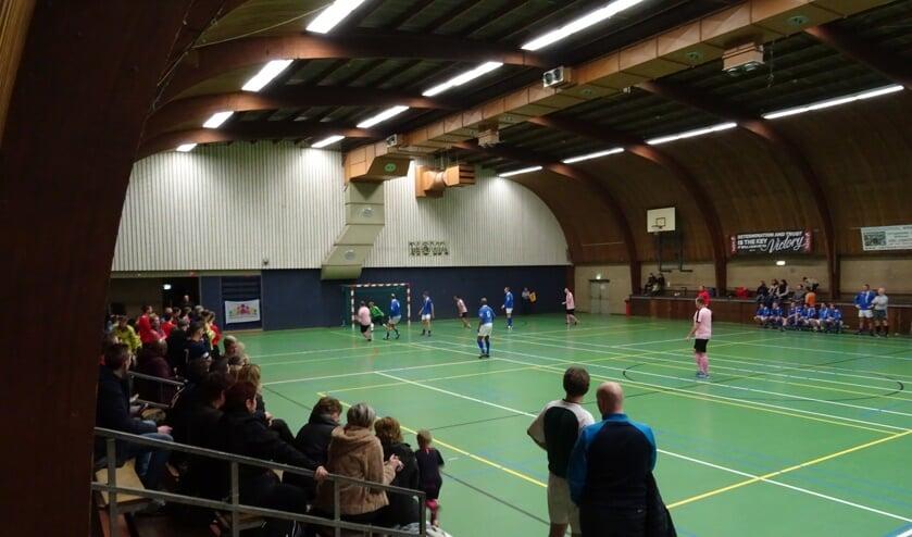 Een impressie van het familiezaalvoetbaltoernooi van 6 januari in de Biltse sporthal.