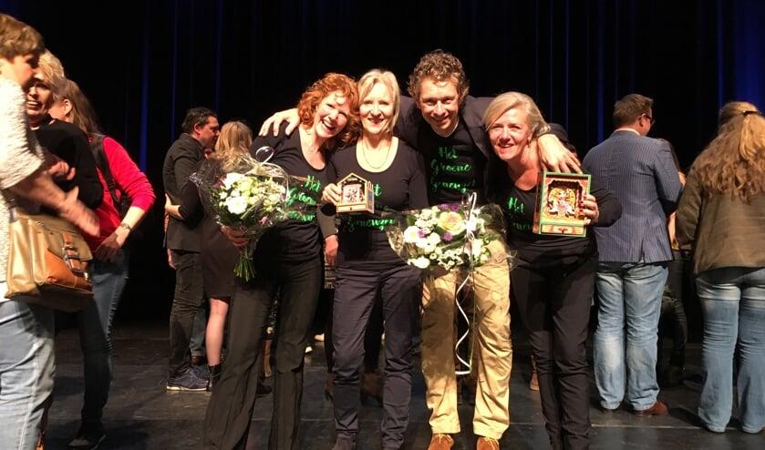 Theatergroep Het Groene Geneuzel met hun prijzen op het podium van theater De Speeldoos in Baarn. V.l.nr. Frøydis Ihle, Ilja Raspe, Thomas Vencken en Brigitte Kant.