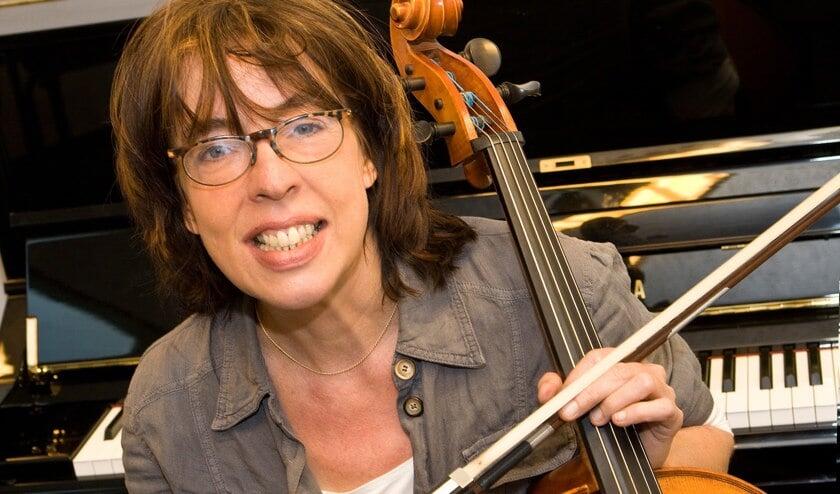 Maaike Roelofs zingt in Huize Gaudeamus haar nieuwe Nederlandstalige liederenprogramma. (foto www.sanhaveld.nl)