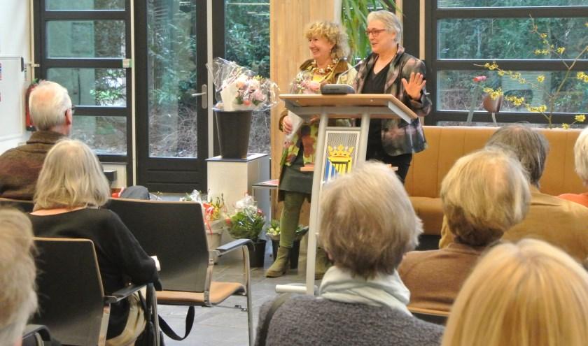 Marie-José Robben (l) en Thea Figee na afloop van de inleiding in de Mathildezaal.