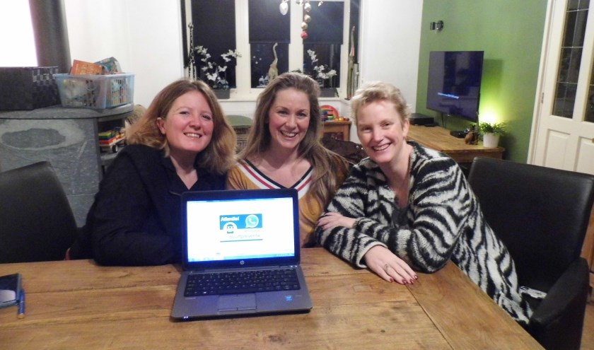 V.l.n.r. Henny Drieenhuizen, Maud van der Pas en Diana van Esveld hopen dat meer mensen WhatsApp groepen willen opstarten, zodat Maartensdijk veiliger wordt.