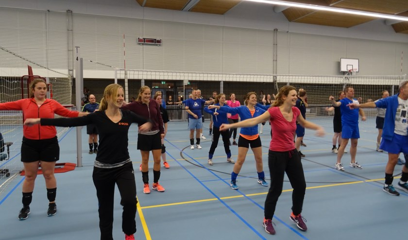 Met groot plezier onderwerpen de deelnemers aan het toernooi zich aan de zeer dynamische warming up van Joyce Geurtsen.