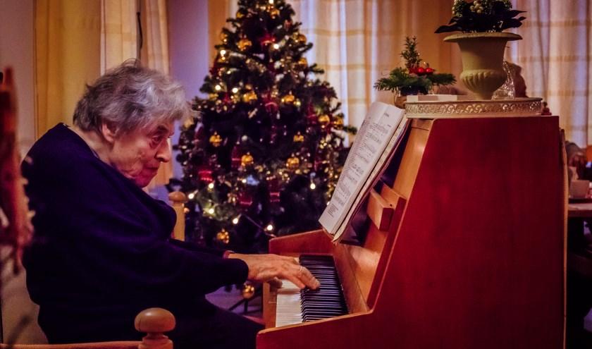Ria van Aarnhem achter de piano bij de Zonnebloem.