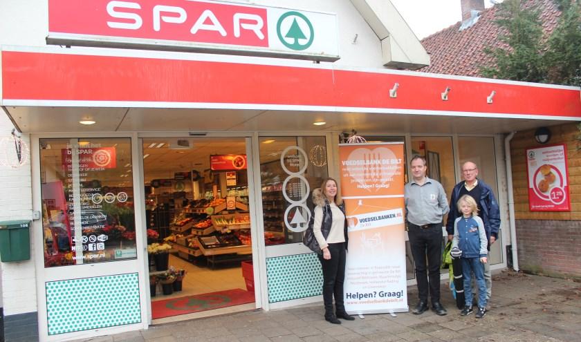 V.l.n.r. Jolanda van Hulst (Voedselbank), Jan Mons (Spar) en André Schellart (Voedselbank) + kleinzoon hopen op een succesvolle actie.