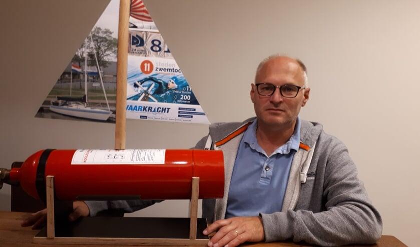 Jan Stoker met z'n symbool van de actie: 'Een brandblusser met een zeil waarop de doelen staan vermeld'.