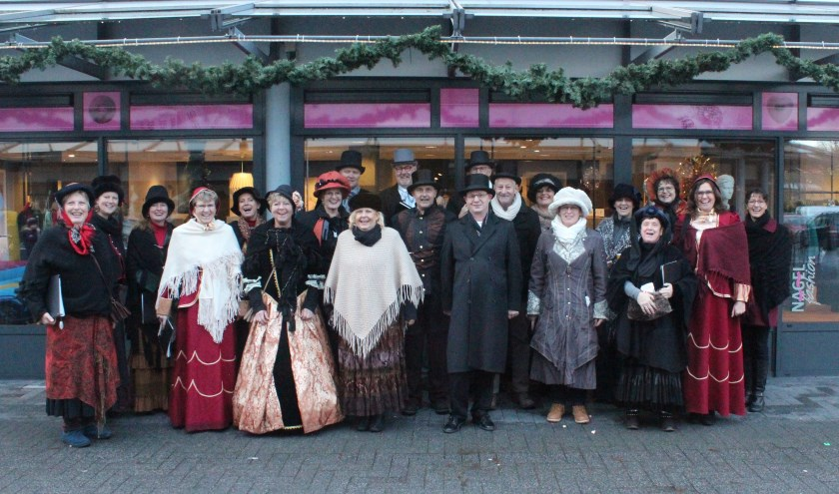 Sparks of Joy bracht vorig jaar Dickenssfeer op het Maertensplein. [foto Henk van de Bunt]