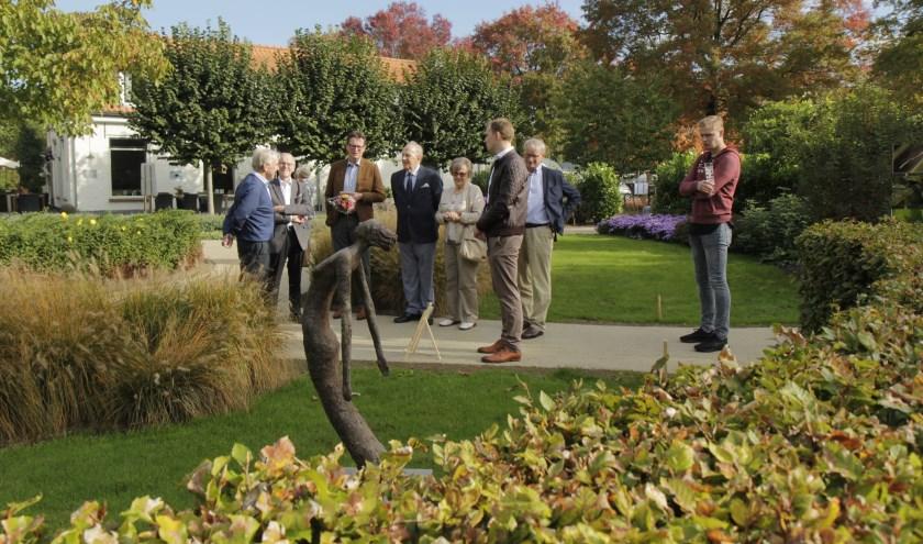 Omwonenden en belangstelden zijn onder de indruk van de tuin en de Hospice.