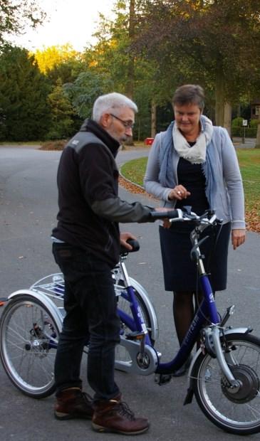Wethouder Anne Brommersma mag ervaren hoe moeilijk het is om op een driewieler te fietsen.