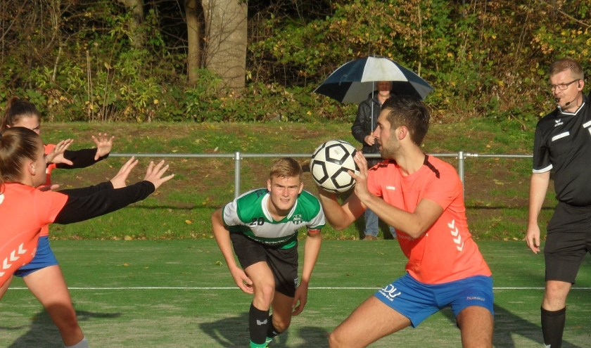 Robin de Rooij staat klaar voor één van zijn zeven doelpunten.
