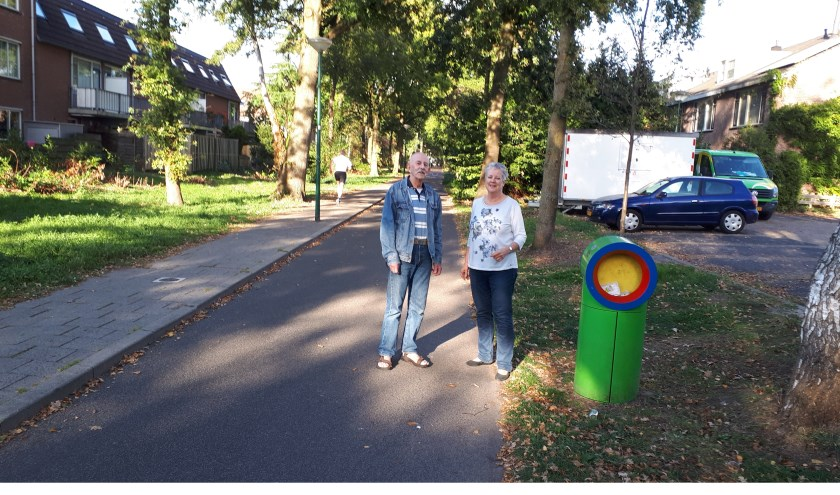 Frits Huisman en Hetty Loeb op het fietspad van het Kees Boekelaantje.