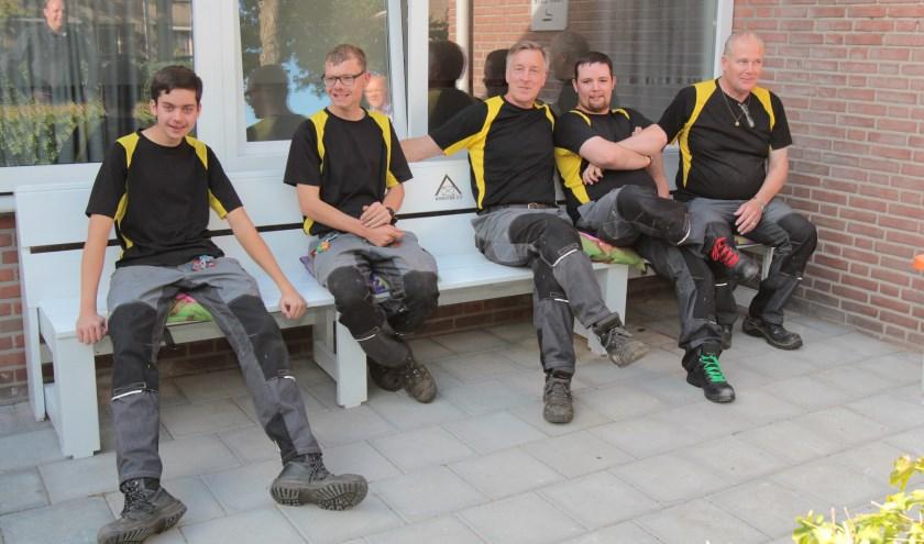 Na gedane arbeid is het goed rusten op het bankje bij De Vierstee in Maartensdijk. [foto Reyn Schuurman]