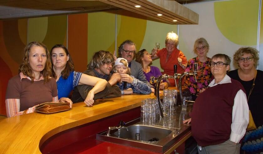 De cast van Sojater oefent aan de bar van De Vierstee.