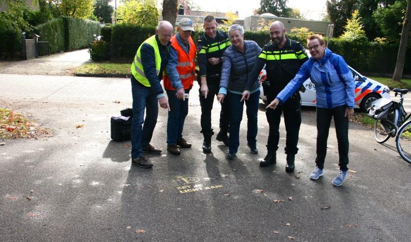 Zaterdag 27 oktober heeft de Wijkraad De Leijen in Bilthoven de tags geplaatst op locaties, waar veel fietsers langs komen, onder goedkeurend oog van de politie.