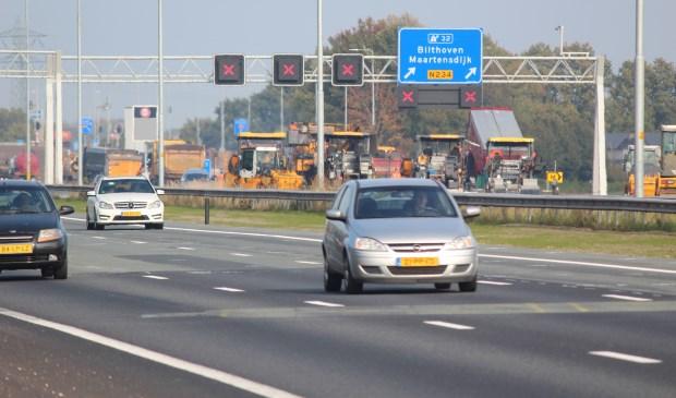 Terwijl richting Utrecht het verkeer drie-baans voortsnelt wordt aan de oostelijke overzijde - tussen Utrecht-Noord en aansluiting Bilthoven tweelaags zoab aangebracht.  © De Vierklank