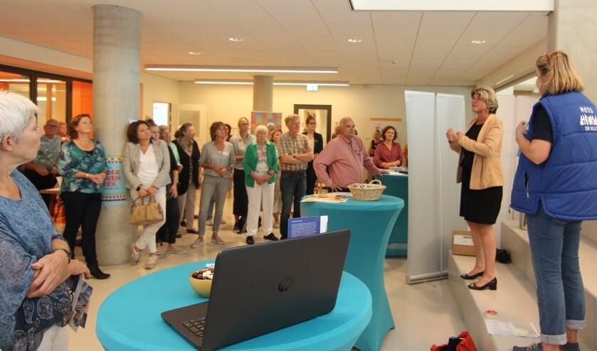 Wethouder Madeleine Bakker verwelkomt namens het College iedereen: 'Het College onderschrijft de noodzaak van vrijwilligerswerk, ondersteunt dat van harte en is trots op al die vrijwilligers die telkenmale de handen uit de mouwen steken'.