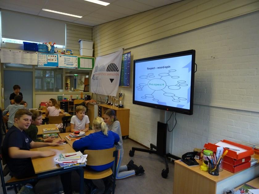 De leerlingen dachten in groepjes na over het onderwerp Respect. De vorm waarin de woord-spin moest worden uitgevoerd werd op het elektronische bord getoond.