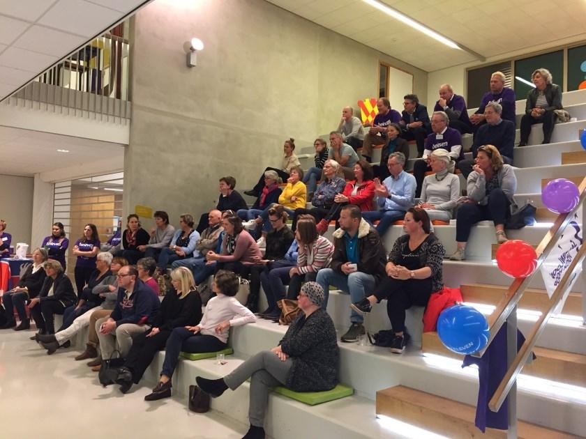 Publiek in het Lichtruim luistert aandachtig naar de presentatie van de KWF.