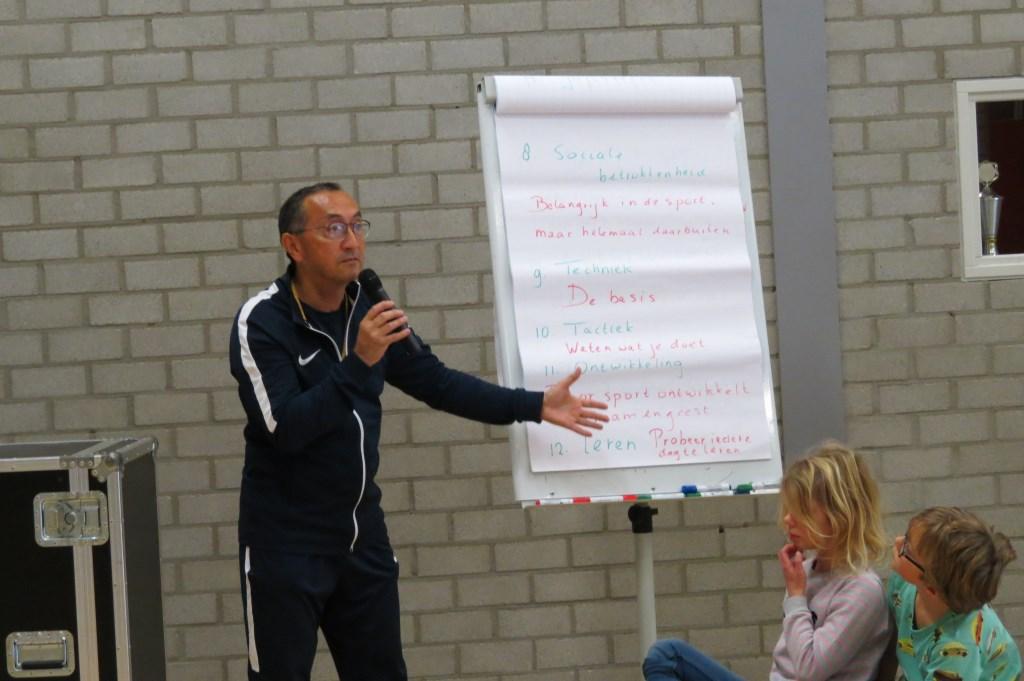 Gymleraar Eric Matherus geeft uitleg over de 14 regels van Johan Cruijff.  © De Vierklank