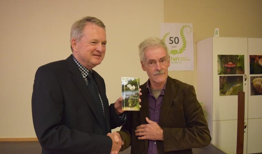 Christ-Jan Nederlof (r) overhandigt het eerste fietsboekje aan wethouder Landwehr.