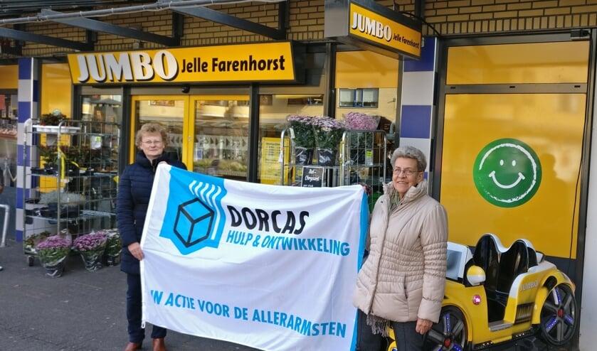 Janny van der Heide (l) en Corrie Bosman en andere vrijwilligers zamelen op 9 en 10 november weer in voor Dorcas. [foto Henk van de Bunt]