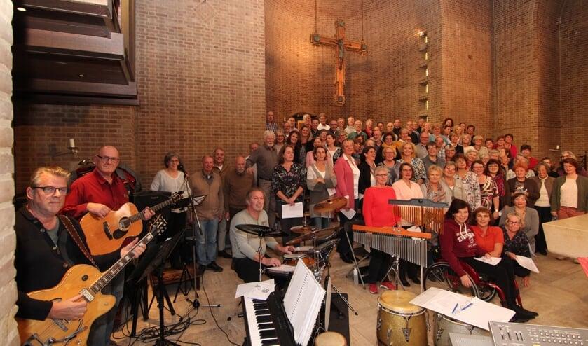 Zo'n 80 koorleden en het combo tijdens 'de generale' voor de revival op 11 november om 10.30 uur in de Michaëlkerk aan de Biltse Kerklaan. [foto Henk van de Bunt]