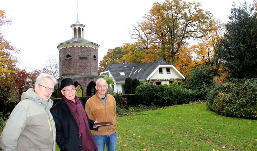 Aan de rand van het Van Boetzelaerpark in De Bilt  is deze duiventil; nog één van de nog weinige bestaande stenen duiventillen in Nederland. Daar ontmoetten v.l.n.r. Anne Doedens, Dick Berends en Cor Groenen elkaar deze keer.