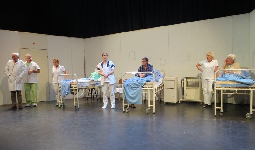 Een scene uit het blijspel 'Een gekkenhuis in het ziekenhuis'.