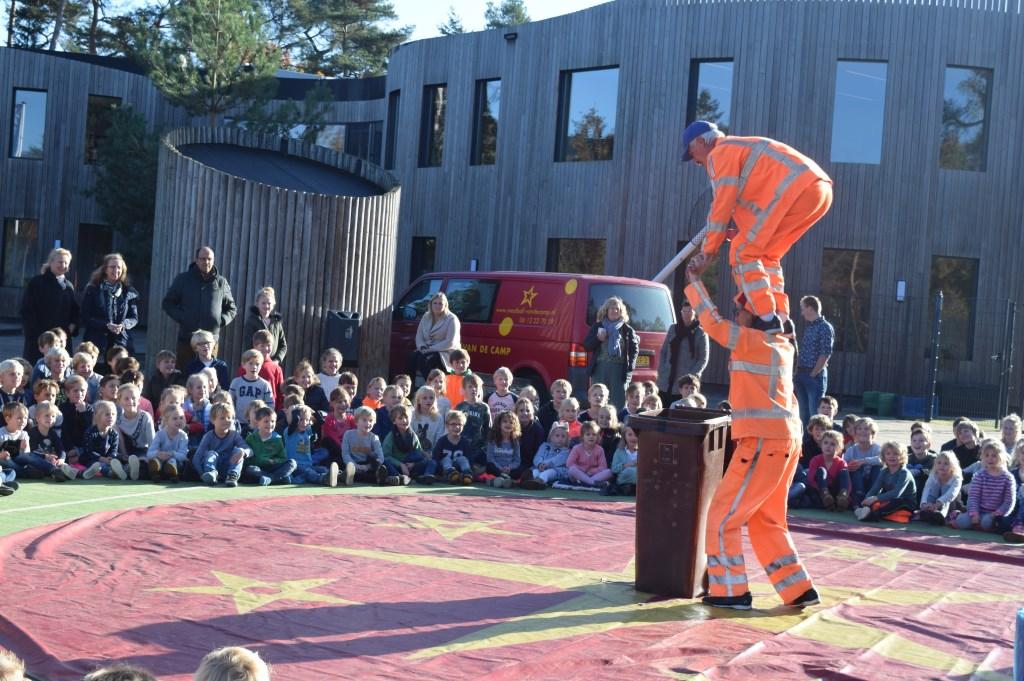 De Verrukkelijke Vuilnismannen maakten er een rommeltje van op de Julianaschool en Theresiaschool in Bilthoven.  © De Vierklank