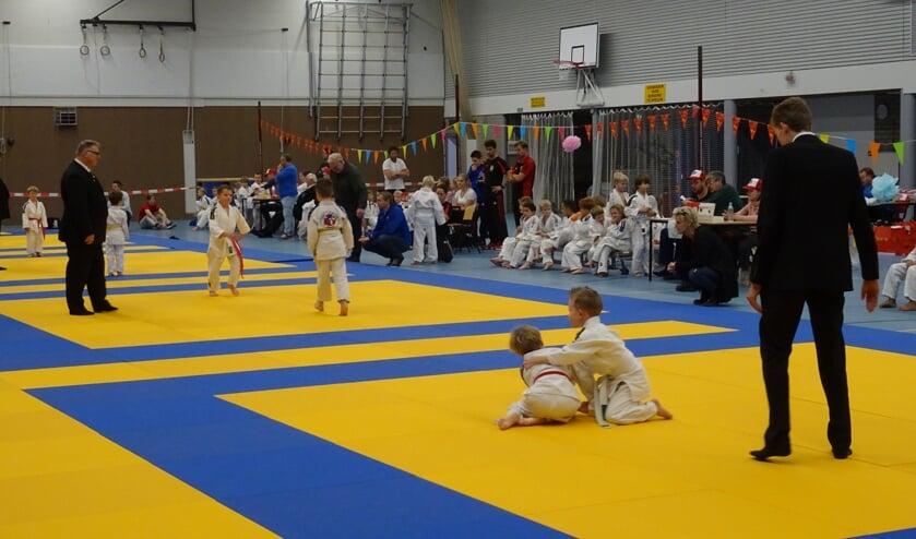 Aangemoedigd door het talrijke publiek werd er op vier matten fanatiek gestreden door alle deelnemers.