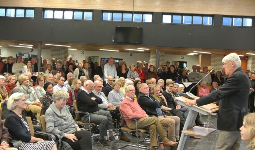Jan van Hooff houdt zijn inleiding voor een tot aan de nok gevulde zaal.