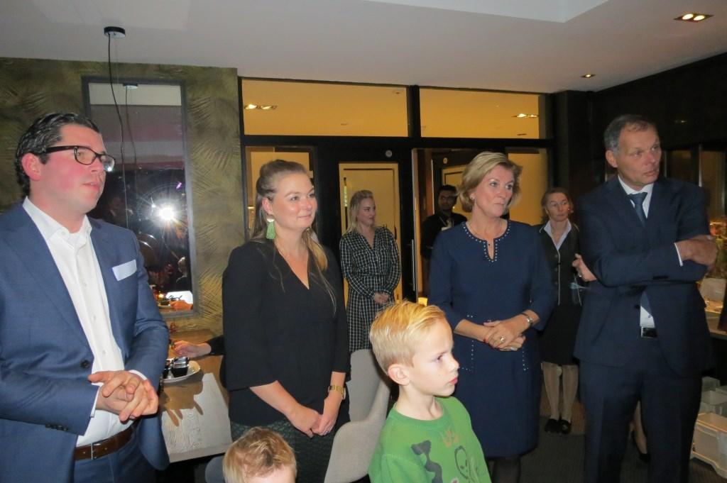 Folkert Deenik, Anne van der Valk, en Els en Klaas van der Valk luisteren naar de toespraak van de burgemeester.  © De Vierklank