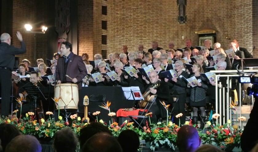 AZM bracht samen met de Argentijnse tenor Javier Rodríguez en zijn combo een prachtig concert in de H. Michaëlkerk. (foto Frans Poot)