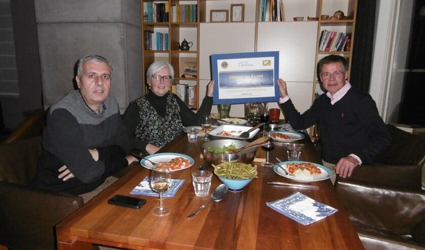 Overhandigen van cheque aan Stichting Eet Mee; v.l.n.r. Karin Zakko (vluchteling uit Syrië), Annelies Kastein (initiatiefnemer van Stichting Eet Mee) en Mente Bousema (Lions lid).