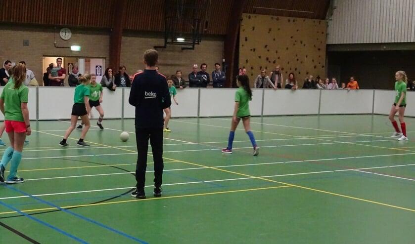 De meisjes van groep acht van Groen van Prinsterenschool en Patioschool vechten hier hun onderlinge duel uit.
