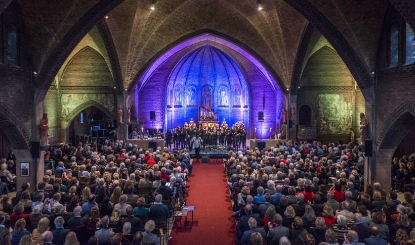 Een afgeladen Onze Lieve Vrouwe-kerk geniet van het speciale Gospel programma. (foto Michiel Wijnbergh)