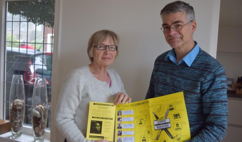 Maria Hoogveld (l) en Toon Gerritsen (r) roepen iedereen op om te komen schrijven.