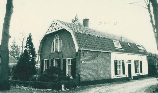 Het huis aan de Dorpsweg 226; in het noordelijkst deel van de witte aanbouw was de winkel gevestigd.  © De Vierklank