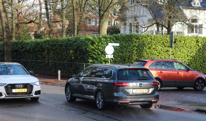 Het College beijvert zich in het verbeteren van het zicht op de kruispunten, zoals deze bij de Bilderdijklaan.