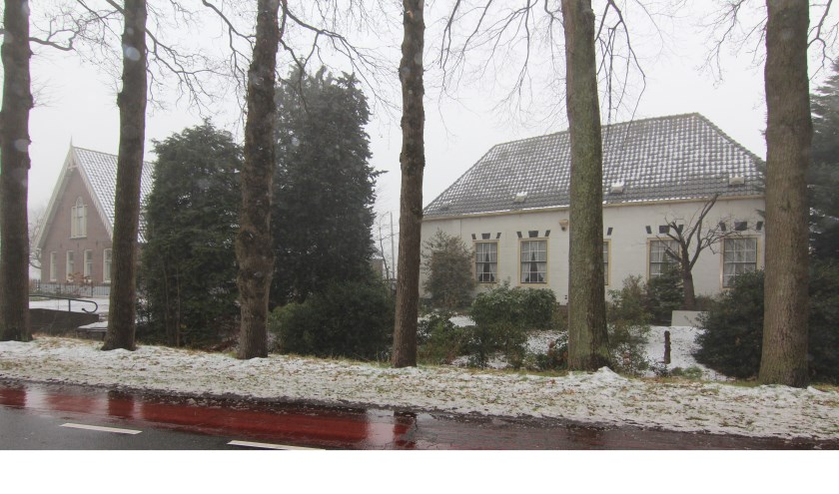 Links Gemeentelijk monument Dorpsweg 117 en rechts Rijksmonument De IJzeren Mortier (119).