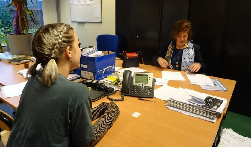 De leerlingen oefenen met een lid van de Rotary een sollicitatiegesprek.