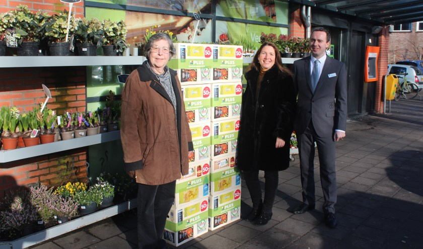 V.l.n.r. Ada van Dis (WVT), Jolanda van Hulst (Voedselbank) en Roel de Vos (PLUS).