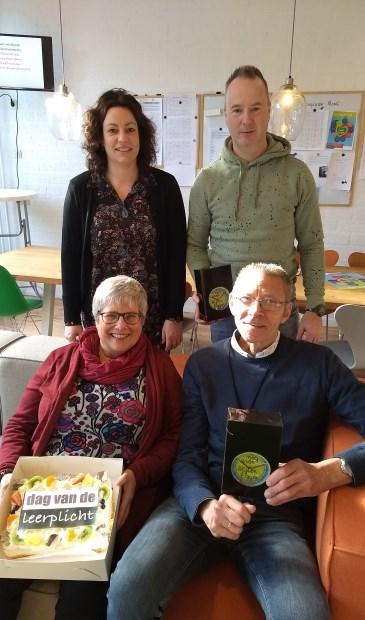 De leerplichtambtenaren brachten een bezoek aan Aeres VMBO Maartensdijk en trakteerden de winnende afdeling op gebak. Op de foto: Tessa Faas (leerplichtambtenaar), Remco Menses (conciërge), Anneke Voorhorst-van Staa (absentie-administratie) en Jaap van der Veer (verzuimcoördinator).
