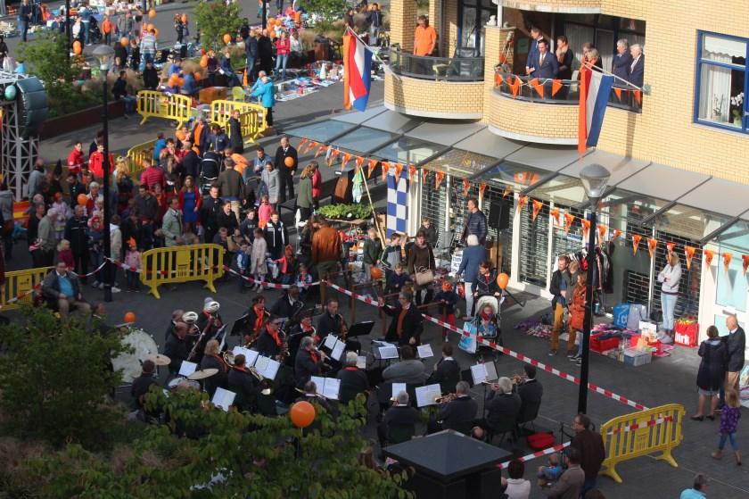 In Maartensdijk startte Koningsdag om 8.00 uur met het ophalen van de ballonnen en een Kindervrijmarkt. Om 9.00 uur opende burgemeester Sjoerd Potters vanaf een balkon Koningsdag in Maartensdijk en werden ballonnen opgelaten onder muzikale begeleiding van Kunst en Genoegen.