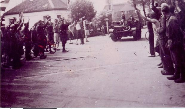 De op 5 mei 1945 bij de 'Tol' binnenrijdende Bevrijders worden enthousiast verwelkomd.  Foto: [uit de verzameling van Koos Kolenbrander] © De Vierklank