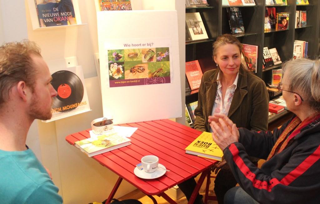 In een Meet en Greet tijdens Bookstoreday op 14 april vertelde Sonne Copijn (eigenaresse van Bijen en Bedrijf), soms in een kort één-tweetje bij Bouman Boeken in De Bilt alles over bijen, het houden van bijen, maar ook over de helaas nog steeds voortdurende bijensterfte.  Foto: Henk van de Bunt © De Vierklank