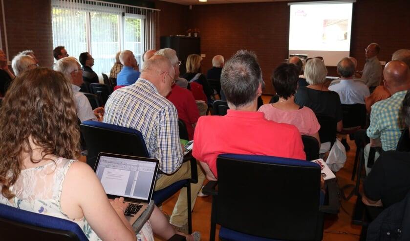 De informatiebijeenkomst over warmtepompen wordt druk bezocht.