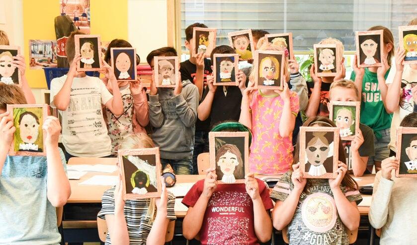 Groep 5 toont hun zelfportretten.