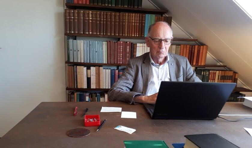 Eduard Verhoef op zijn studeerkamer.