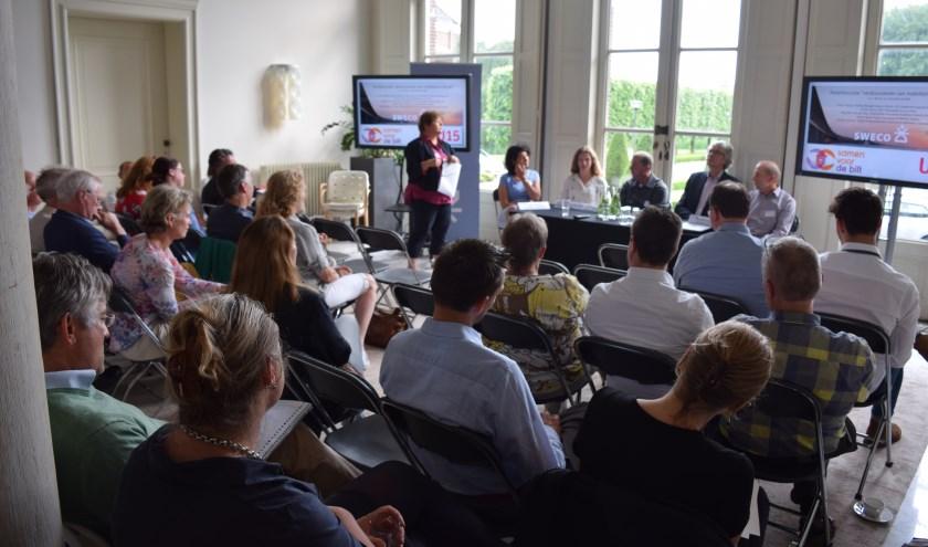Vertegenwoordigers van diverse bedrijven en maatschappelijke organisaties in discussie met het panel.